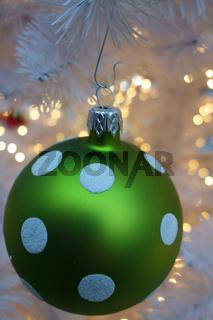 weihnachtskugel grün mit weissen punkten