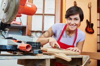 Frau als Schreiner in der Ausbildung