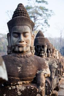Statuen auf der Brücke von Angkor Wat, Kambodscha