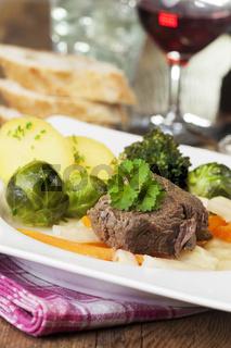 Tafelspitz auf einem Teller mit Gemüse