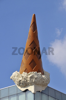 'Dropped Cone', Künstler: Claas Oldenburg und Coosje van Bruggen, Kunst am Bau, Neumarkt, Köln, Nordrhein-Westfalen, Deutschland, Europa
