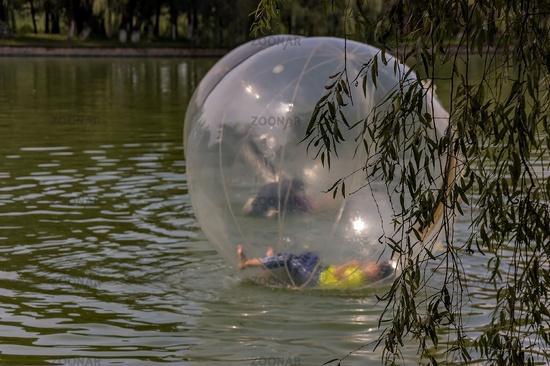 Funsport: Chinesischer Junge im Wasserball