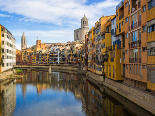 Farbige Häuser am Fluss Onyar in Girona, Katalonien, Spanien