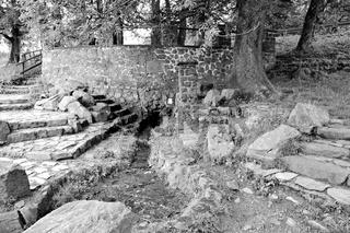 Quelle der Fulda auf der Wasserkuppe in der Rhön schwarz-weiss