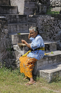 Alte Frau bringt Tempelopfer dar