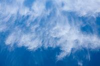 weisse Wolken, blauer Himmel