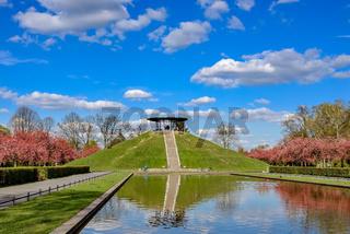 Zwischen Himmel und Erde: 'Fliegeberg' mit Teich im Berliner Lilienthal-Park