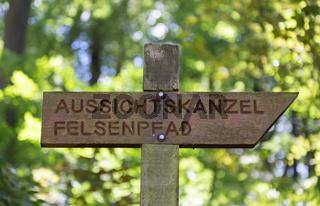 Aussichtskanzel Felsenpfad Wegweiser in Trier Rheinland Pfalz Deutschland