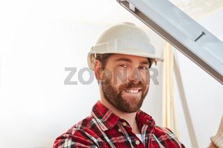 Fensterbauer auf der Baustelle