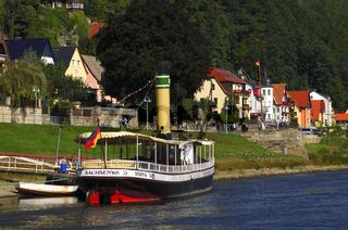Ausflugsschiff am Landungssteg in Wehlen