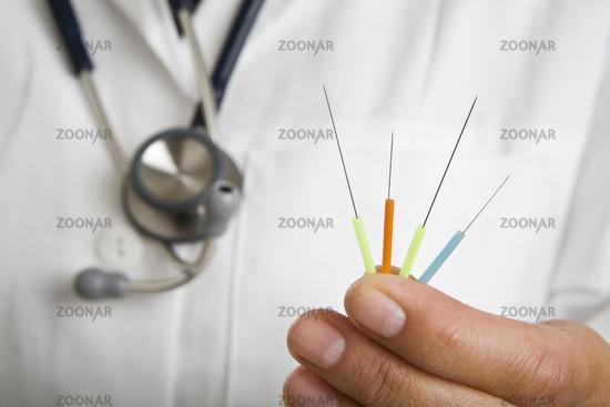 Arzt mit Akupunkturnadeln