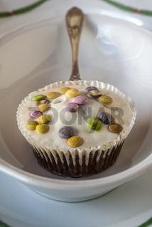 Ein Cupcake mit Tortenheber in einer Schale