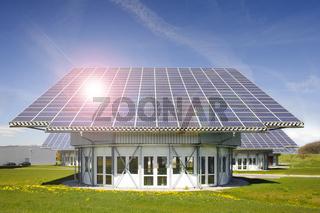 Solardach für alternative Energiegewinnung mit Sonnenstrahlen