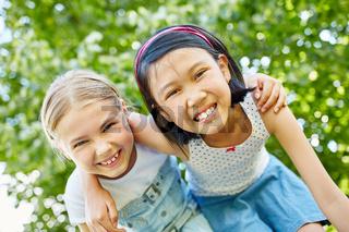 Zwei glückliche Mädchen als Freundinnen