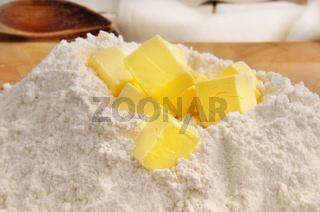 Mehl mit Butterstückchen