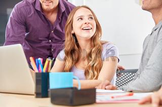 Junge Frau als Azubi oder Trainee im Büro