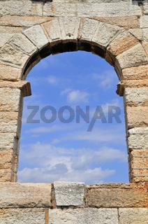 Fenster, Steinwand und blauer Himmel