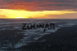 Sonnenaufgang ueber einem Sumpfgebiet im Muddus Nationalpark, Welterbe Laponia, Lappland, Schweden
