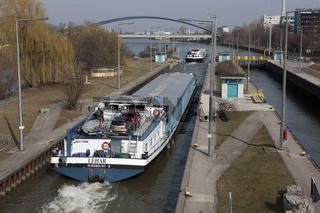 Frachtschiffe verlassen die Staustufe Offenbach in Richtung Offenbach