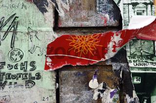 Abgerissene Poster mit Sprüchen