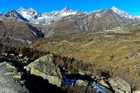 Blick über den Weiler Findeln auf die Zermatter Bergwelt, Zermatt, Wallis, Schweiz
