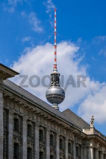 Der Berliner Fernsehturm überragt das Dach des Alten Stadthauses