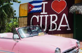 Amerikanisches Classic Auto auf Straße in Havanna Kuba