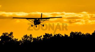 Cessna 172 landet auf dem Flugplatz Borkenberge bei tierstehender Sonne.