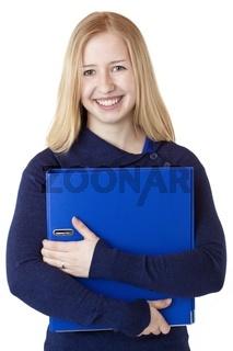 Glückliche hübsche junge Frau trägt Aktenordner
