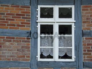Fenster eines Fachwerkhauses im Teufelsmoor