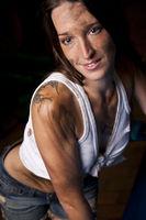 Ölverschmierte Junge Frau mit Tattoo