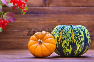 Herbstdekoration mit Kürbis und Blätter