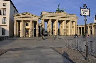 Brandenburger Tor am Morgen, vom Pariser Platz aus gesehen.