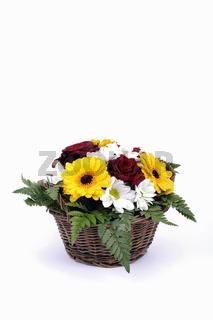 Blumenmix aus Rosen, Margerithen, Farn, arrangiert in einem Korb