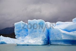 Eisberge am Gletscher im See Lago Argentino, NP Los Glaciares, Argentinien