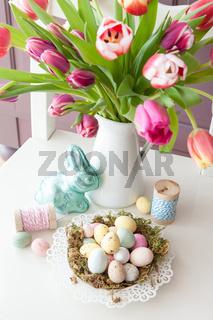 Osternest und frische Tulpen