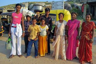 Indische Familie in traditioneller Kleidung