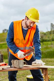 Zimmermann arbeitet mit Hammer