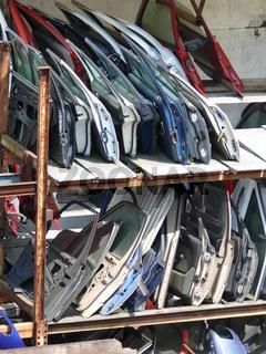 Autotüren bei einem Schrotthändler