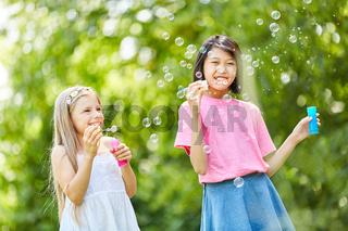 Mädchen freuen sich über die Seifenblasen