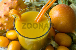 Smoothie mit tropischen Früchten - Smoothie with tropical fruits