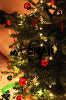 Ein festlich geschmückter Weihnachtsbaum