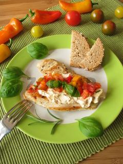 Frischkaese und Tomaten-Paprika-Salsa auf Pute