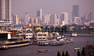 Der alltag auf dem Mae Nam Chao Phraya Fluss in Bangkok der Hauptstadt von Thailand in Suedostasien.