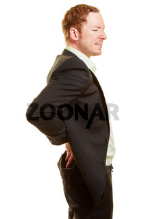 Mann mit Rückenschmerzen hält Hand