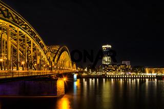 Blick von Köln nach Deutz mit der Hohenzollernbrücke und dem Rhein bei Nacht