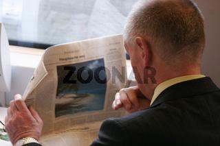 ICE 543 Zeitung lesen im Zug