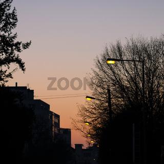 Gelbe Straßenbeleuchtung am Morgen