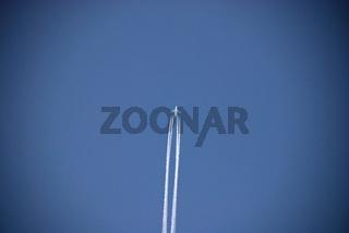 Flugzeug, Kondensstreifen, blauer Himmel / Airplane, contrail, blue sky