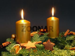 Adventskranz mit zwei brennenden Kerzen zum zweiten Advent